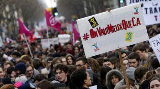 """#On Vaut Mieux que Ca"""", proclame une banderole lors de la manifestation à Paris le 9 mars 2016 contre la loi Travail. (THOMAS SAMSON / AFP)"""
