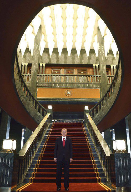 29 octobre 2014. Le président Erdogan pose dans le nouveau palais présidentiel de la République turque, Ak Saray, le palais blanc, construit dans la banlieue d'Ankara. le 29 octobre est le jour de la fête nationale turque qui célèbre la date de la création de la république.