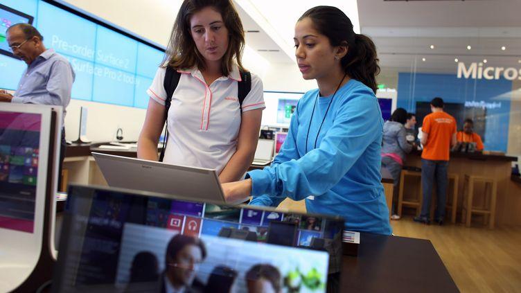 Présentation de la version 8.1 de Windows dans un magasin Microsoft , le 17 octobre 2013 à Miami (Etats-Unis). (JOE RAEDLE / GETTY IMAGES NORTH AMERICA / AFP)
