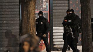 Des policiers du Raid pendant l'assaut contre un appartement situé rue Corbillon à Saint-Denis (Seine-Saint-Denis), le 18 novembre 2015. (KENZO TRIBOUILLARD / AFP)