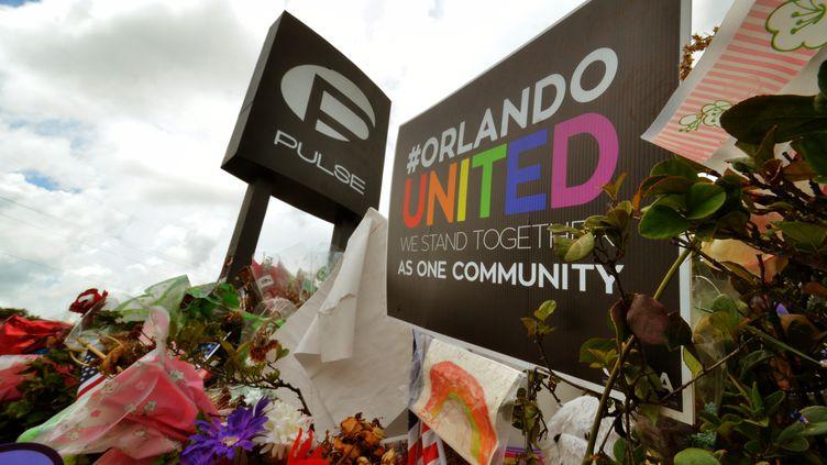 Devant l'entrée du Pulse, à Orlando (Etats-Unis), le 18 juillet 2016. (JULIAN LEEK / CITIZENSIDE / AFP)