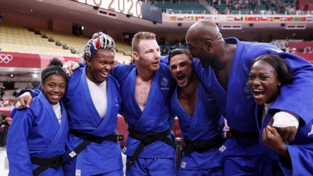 La France s'impose en finale face au Japon (4-1) ! Clarisse Agbegnenou, Axel Clerget, Teddy Riner et Sarah-Léonie Cysique ont remporté leur combat. Les Tricolores rentrent dans l'histoire en glanant la première épreuve par équipes en judo aux JO.