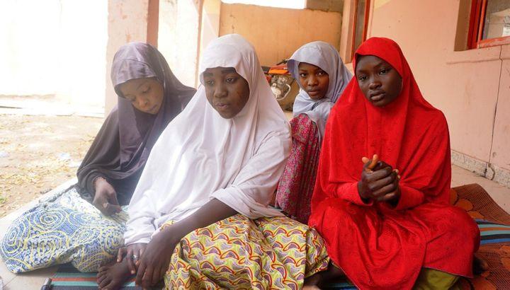 Ces jeunes filles, encore sous le choc, ont réussi à échapper à l'attaque menée contre leur école, le 28 février 2018 à Dapchi, au nord du Nigeria. (AMINU ABUBAKAR / AFP)