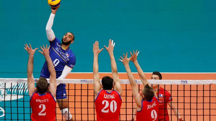 Earvin Ngapeth plane au dessus de la défense serbe en finale de la Ligue Mondiale (GUSTAVO SEREBRENICK / BRAZIL PHOTO PRESS)