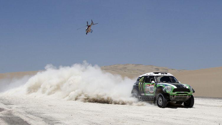Le pilote français Stéphane Peterhansel et son co-pilote Jean-Paul Cottret au volant de leur Mini Monster pendant la 13e étape du Dakar 2012, entre Nazca et Pisco (Pérou), le 14 janvier 2012. (JACKY NAEGELEN / REUTERS)
