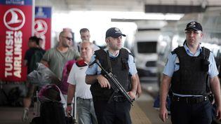 Des policiers patrouillent à l'extérieur de l'aéroport international Atatürk d'Istanbul (Turquie), le 29 juin 2016. (LEFTERIS PITARAKIS / AP / SIPA)