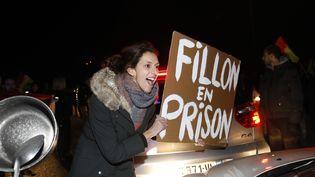 Des militants anti-Fillon bloquent l'accès au meeting du candidat à Margny-lès-Compiègne (Oise), le 15 février 2017. (MAXPPP)
