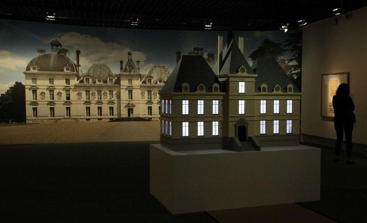 La maquette de Moulinsart devant une photo du château de Cheverny au grand Palais lors de l'exposition Hergé de 2016  (GINIES/SIPA)
