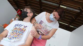 Un adolescent se fait vacciner, le 22 juillet 2021. (JEAN-FRAN?OIS FREY / MAXPPP)