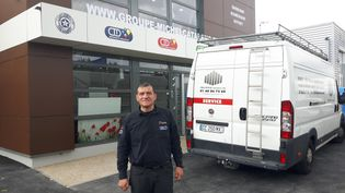 Michel Catalano devant sa nouvelle imprimerie de Dammartin-en-Goële, où il a été pris en otage en janvier 2015 (RADIO FRANCE / SÉBASTIEN BAER)
