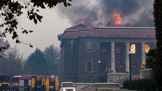 La bibliothèque Jagger de l'université du Cap en proie aux flammes, le 18 avril 2021. (RODGER BOSCH / AFP)