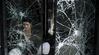 """Une cinquantaine de commerces des Champs-Elysées ont été attaqués violemment samedi 16 mars lors de la manifestation des """"gilets jaunes"""", 26 ont été saccagés et pillés.Un choc pour les commerçants. (JULIEN DE ROSA / EPA)"""