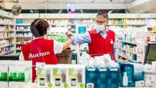 Deux salariés du magasin Auchan de Perpignan (Pyrénées-Orientales) portent un masque, le 26 mai 2020. (JEAN-CHRISTOPHE MILHET / HANS LUCAS / AFP)