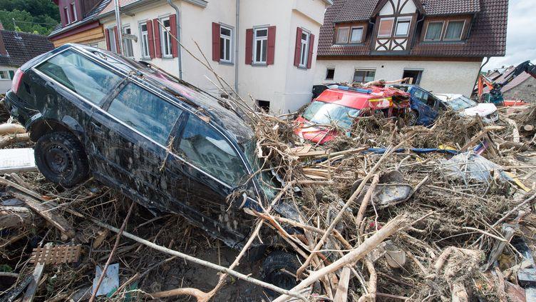 Des voitures sous les débris à Braunsbach, en Allemagne, lundi 30 mai 2016, après de forts orages tombés sur le länder du Bade Wurtemberg. (DENIZ CALAGAN / DPA)
