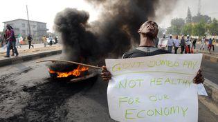 Lors d'une manifestation contrela hausse du prix des carburants, à Lagos (Nigeria), le 9 janvier 2012. (PIUS UTOMI EKPEI / AFP)
