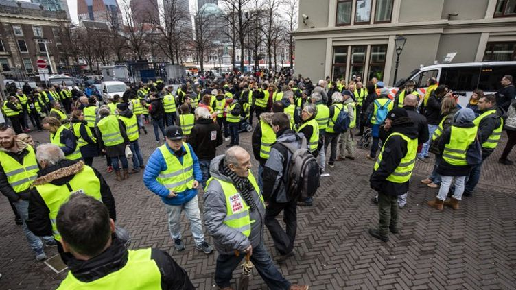 """Des """"gilets jaunes"""" néerlandais manifestent à La Haye (Pays-Bas) contre le coût de la vie et l'augmentation du prix des carburants, le 1er décembre 2018. (NIELS WENSTEDT / AFP)"""
