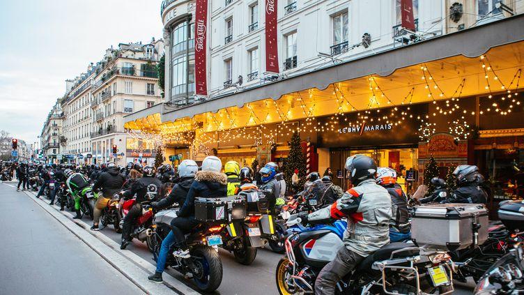 Des motards manifestent contre le stationnement payant des deux-roues, le 6 décembre 2020 à Paris. (MATHIEU MENARD / HANS LUCAS / AFP)