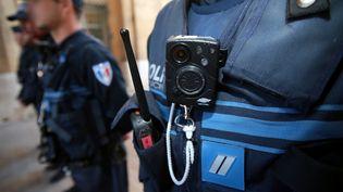 Un policier de Marseille est équipé d'une caméra-piéton, le 11 octobre 2017. (MAXPPP)