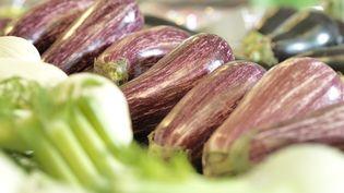 Des légumes exposés sur l'étal d'un supermarché. (THIERRY FOULON / MAXPPP)