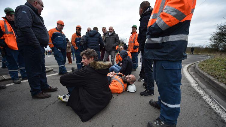 Des salariés d'Ascoval, à Saint-Saulve, près de Valenciennes, bloquent l'entrée de l'usine Vallourec, lundi 29 janvier 2018. (MAXPPP)