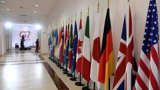 Des drapeaux au G7, le 26 août 2019 à Biarritz (Pyrénées-Atlantiques). (BERTRAND GUAY / AFP)