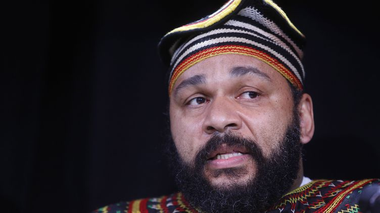 L'humoriste controversé Dieudonné, lors de la conférence de presse donnée au Théâtre de la main d'or, à Paris, le 11 janvier 2014. (DESSONS / JDD / SIPA)