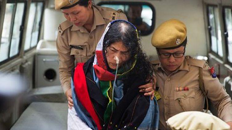 La militante des droits de l'Homme Irom Sharmila arrive au tribunal d'Imphal, capitale de l'Etat du Manipur (nord-est de l'Inde), le 9 août 2016. (Reuters - Stringer)