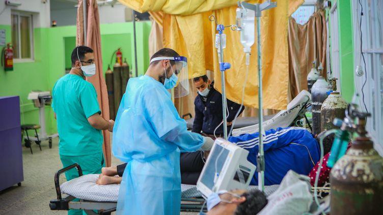 Des soignants d'un hôpital de Gaza prennent en charge des patients atteints du Covid-19, le 22 avril 2021. (ABED ALRAHMAN ALKAHLOUT / MAXPPP)