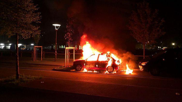 Une voiture en feudans le quartier de Bagatelle (Toulouse), le 16 avril 2018. (FABRICE VALERY / FRANCE 3)