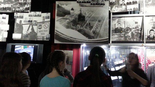 (Des collégiens de Kiev au musée de la ville dédié à la catastrophe de Tchernobyl © Radio France / Anne-Laure Barral)