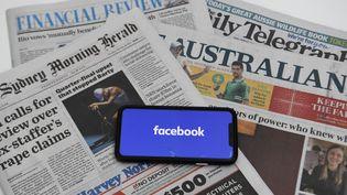 Facebook a bloqué la publication de liens renvoyant vers des articles d'actualité et les pages des médias du pays, la semaine du 15 février 2021.  (LUKAS COCH / AAP)