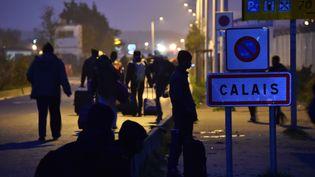 Des migrants quittent la ville de Calais le 24 octobre 2016 (PHILIPPE HUGUEN / AFP)