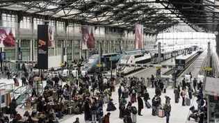 Des Franciliens attendent leur train pour quitter Paris avant le confinement, le 17 mars 2020 à la gare de Lyon. (DENIS MEYER / HANS LUCAS / AFP)