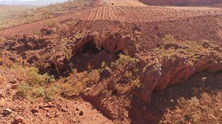 Cette photo réalisée le 15 mai 2020 par le peuple du PKKP montrela Juukan Gorge, en Australie occidentale, un des plus anciens sites connus occupés par les Aborigènes. (HANDOUT / PKKP ABORIGINAL CORPORATION / AFP)