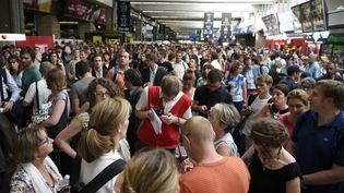 Plusieurs passagers bloqués dans le hall de la gare Montparnasse à Paris, vendredi 17 juillet 2015. (MARTIN BUREAU / AFP)