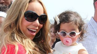"""Tele mère telle fille. Mariah Carey habitue très tôt sa petite Monroe à porter des lunettes de soleil """"mouche"""". (ZUMA PRESS / MAXPPP)"""