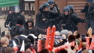 Des gendarmes mobiles tentent de contenir des supporters du PSG, lors de la cérémonie de remise du titre de champion de France à l'équipe, émaillée de violences, lundi 13 mai 2013, au Trocadéro, à Paris. (FRANCK FIFE / AFP)
