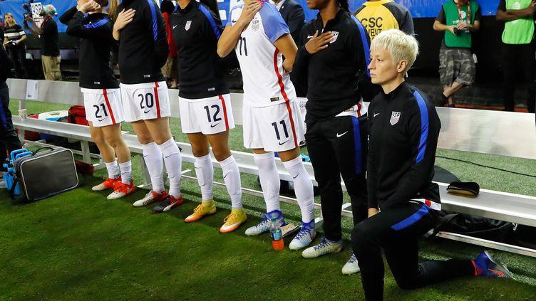 En 2016, Megan Rapinoe avait posé le genou à terre lors de l'hymne américain. (KEVIN C. COX / GETTY IMAGES NORTH AMERICA)