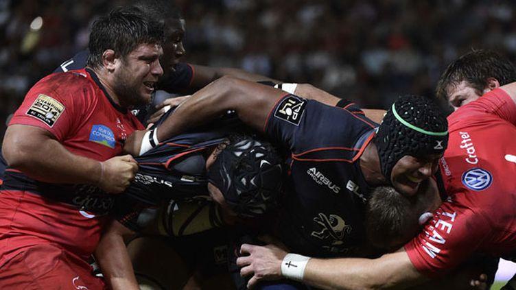 Thierry Dusautoir essaie d'enfoncer la défense toulonnaise (PASCAL PAVANI / AFP)