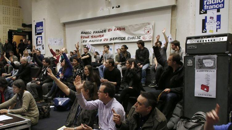 Assemblée générale des salariés en grève de Radio France, le 8 avril 2015, à Paris. (THOMAS SAMSON / AFP)