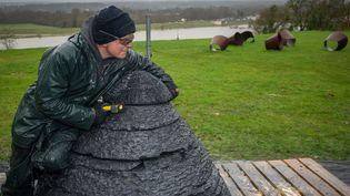 """Andy Goldsworthy, au travail sur son """"cairn"""" en ardoise, à Chaumont-sur-Loire en février 2016.  (Guillaume Souvant / AFP)"""