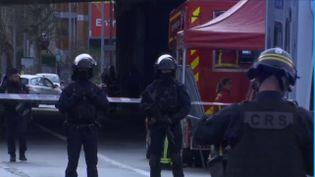 Des CRS déployés à proximité de l'endroit où l'homme qui avait attaqué de passants au couteau, vendredi 3 janvier, a été abattu, à Villejuif (Val-de-Marne). (france 3)