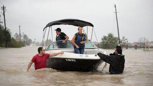 Des habitants de Houston (Texas) secourus des inondations après le passage de la tempête Harvey, le 28 août 2017. (SCOTT OLSON / GETTY IMAGES NORTH AMERICA / AFP)