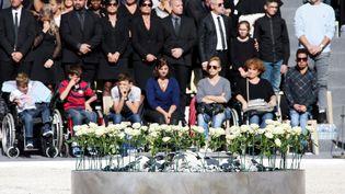 86 roses blanches ont été déposées en souvenir des victimes de l'attentat de Nice, le 14 juillet. (ERIC GAILLARD / POOL)