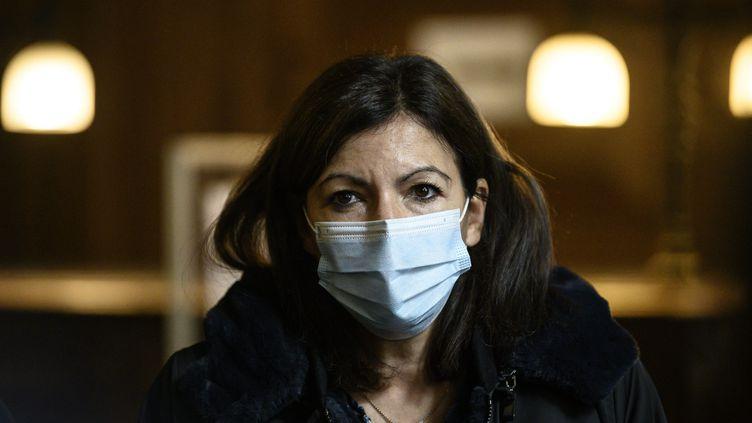 Anne Hidalgo visite un centre Covidsan à la mairie du 18eme arrondissement de Paris, le 15 octobre 2020. (MAXPPP)