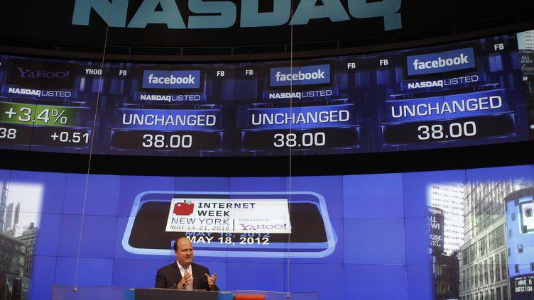 David Wicks, vice-président de Nasdaq OMX, indique la valeur du titre Facebook lors de sa première séance à Wall Street, le 18 mai 2012. (KEITH BEDFORD / REUTERS)