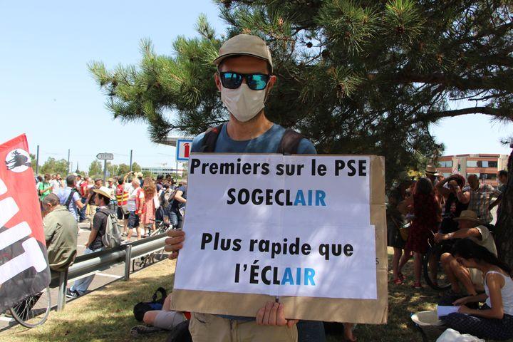 Un salarié de Sogeclair Aerospace manifeste contre les suppressions de postes annoncées par l'entreprise, le 9 juillet 2020, à Blagnac (Haute-Garonne). (MATHILDE GOUPIL / FRANCEINFO)