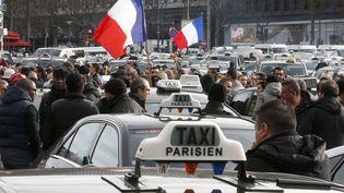 Des taxis en grève, à Paris, le 26 janvier 2016. (CHARLES PLATIAU / REUTERS)