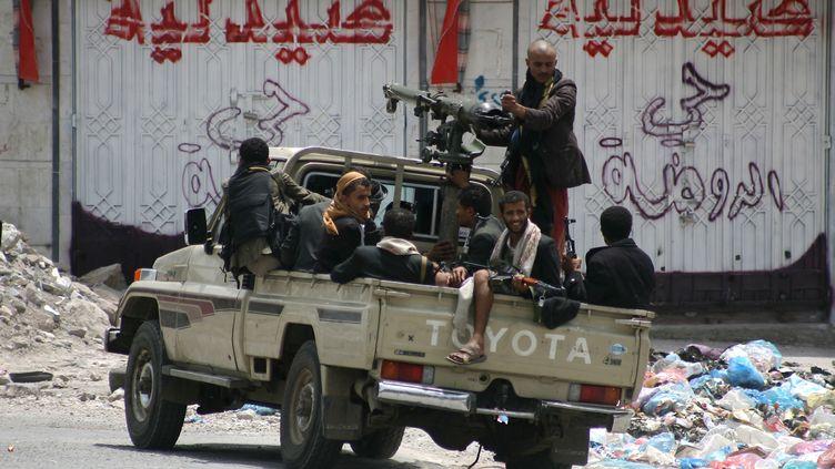 Des combattants de la Résistance populaire, le 21 mai 2015, dans les rues de Taëz (Yémen). (ABDEL RAHMAN ABDALLAH / AFP)