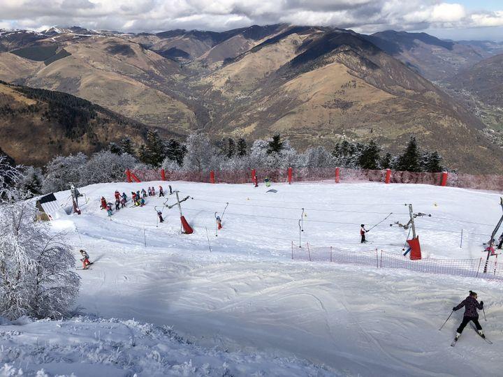 Un cours de ski, le 18 février 2020 à Superbagnères (Haute-Garonne). (THOMAS BAIETTO / FRANCEINFO)